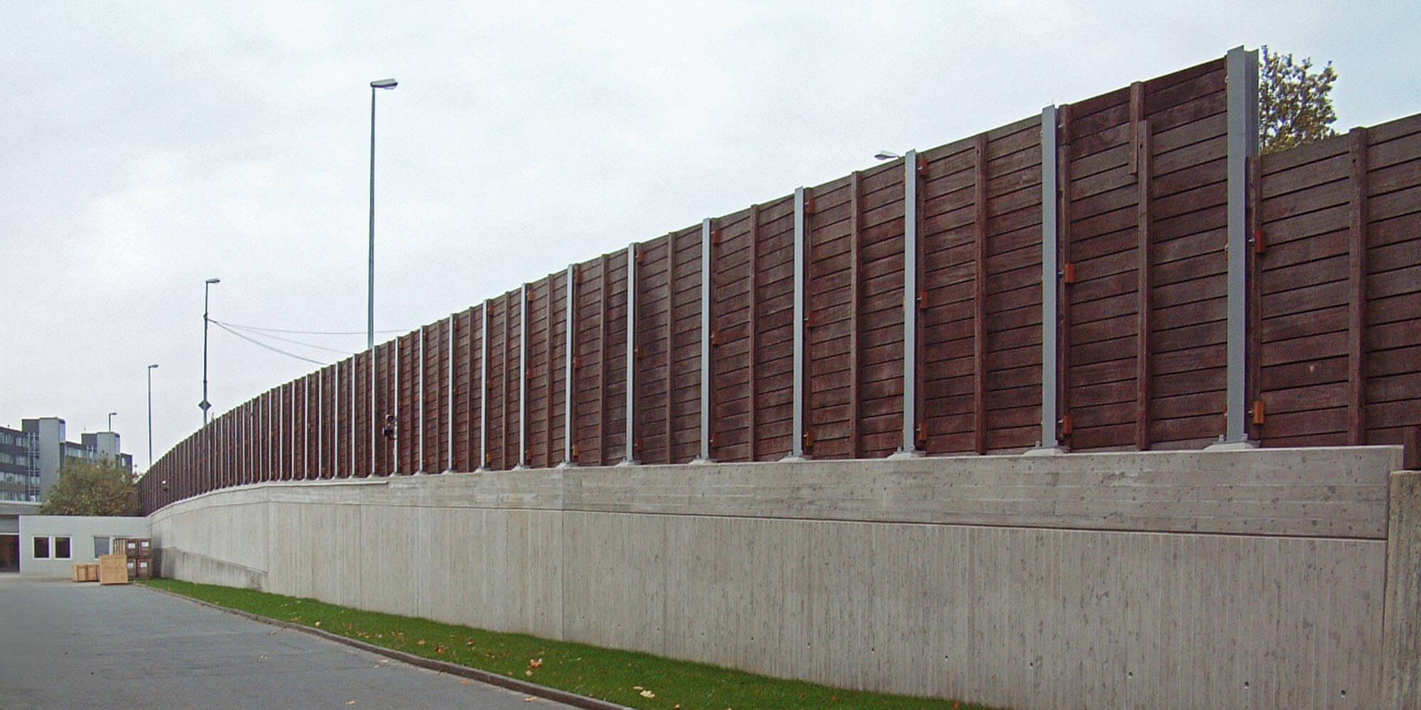 Stützwand mit Lärmschutzaufsatz in Holz